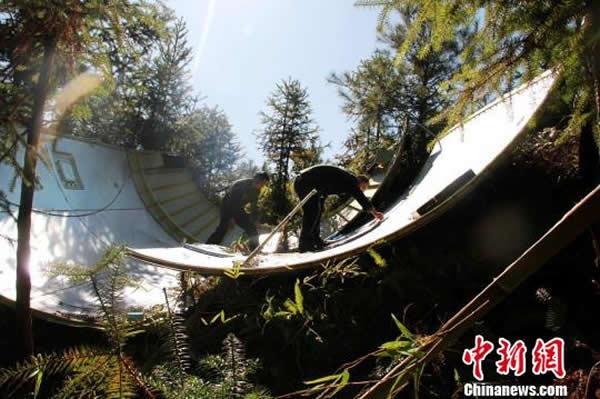 """12月2日上午九点左右,江西省遂川县民兵应急分队在该县左安镇杨芬村山窝组找到""""嫦娥三号""""月球探测器整流罩残骸。"""