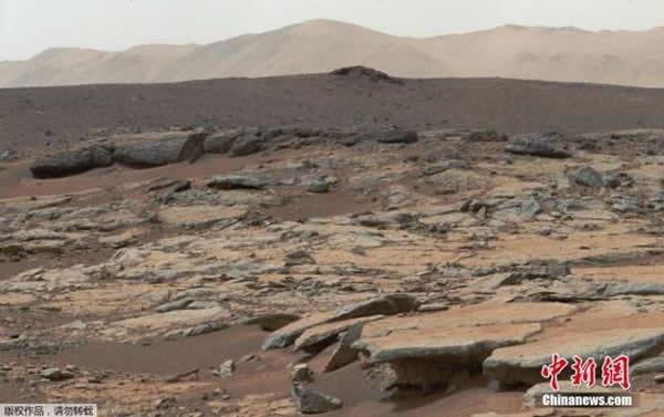 """2013年12月9日,NASA公布的""""好奇号""""机器人拍摄到的火星盖尔环形山图片以及NASA绘制的模拟图。科学家表示,好奇号在附近进行勘探并且发现可能存在水的可能"""