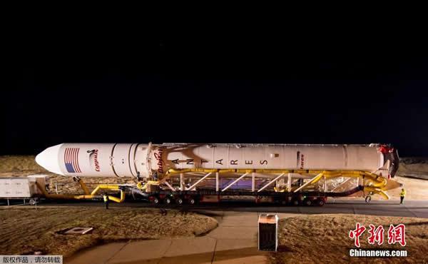 美国轨道科学公司的心大星号火箭运往发射台等待升空