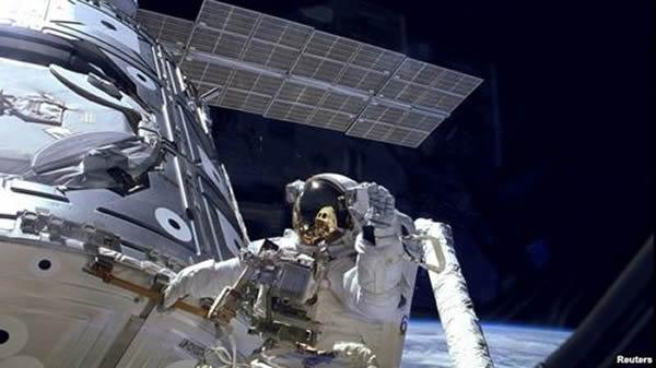 美国宇航员在国际空间站外面行走的资料照片