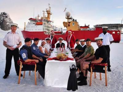 """英国皇家海军破冰船""""HMS Protector""""号在南极洲庆祝圣诞节"""