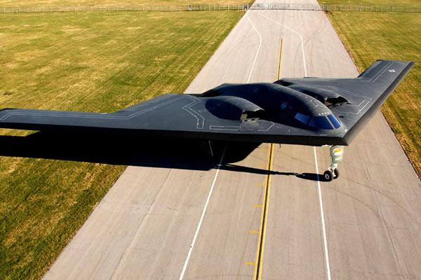 """外形酷似蝙蝠的B-2""""幽灵""""隐身轰炸机。"""