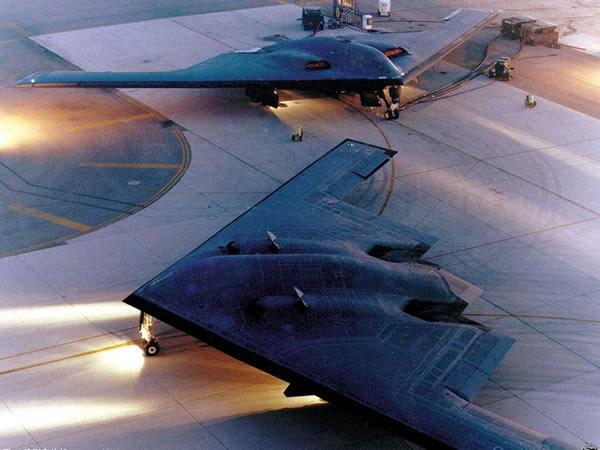 B-2的发动机舱位于机背上。
