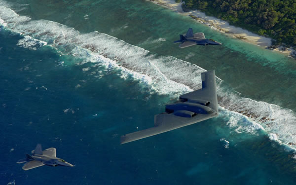 由F-22与B-2组成的隐身打击编队正在超低空飞行。
