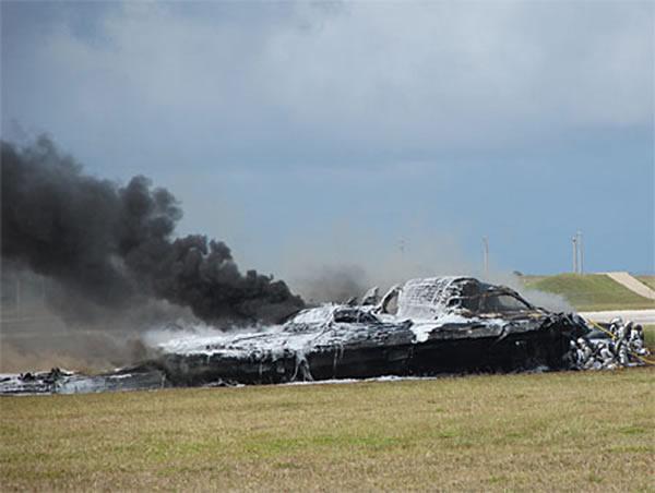 曾经坠毁的B-2隐身轰炸机。