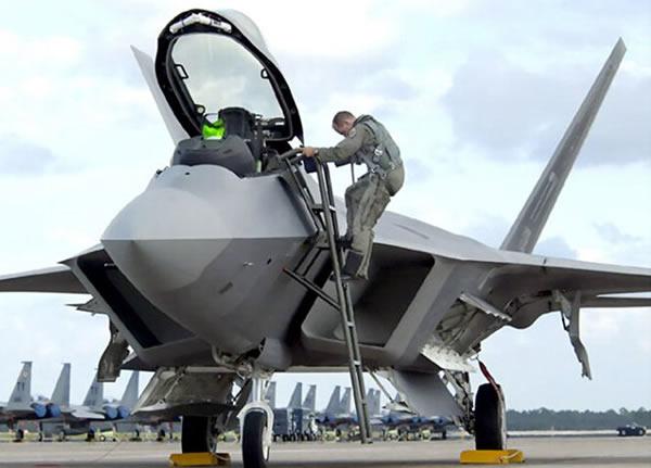 """F-22的隐身能力也非常出众,也被喻为""""看不见""""的飞行器。"""