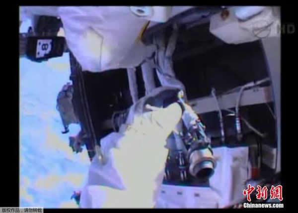 资料图:2013年12月21日,美国航空航天局宇航员迈克尔·霍普金斯和理查德·马斯特拉基奥开始进入太空更换国际空间站冷却系统的一个泵,它的故障导致了空间站美国部
