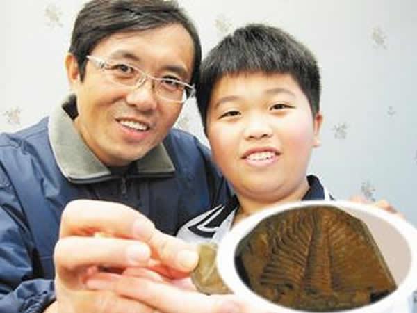 华顺发(左)认为学生张其昌(右)找到的化石应该是三叶虫,但科博馆认为不可能,因为三叶虫活动的年代比台湾岛诞生早数亿年。