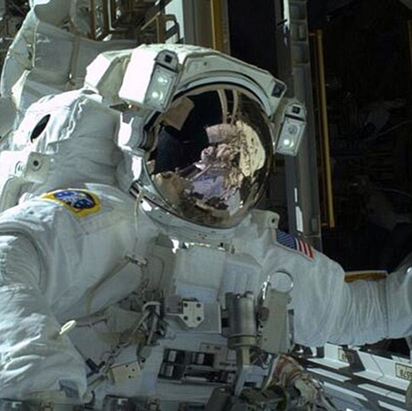 国际空间站宇航员太空行走时玩起自拍