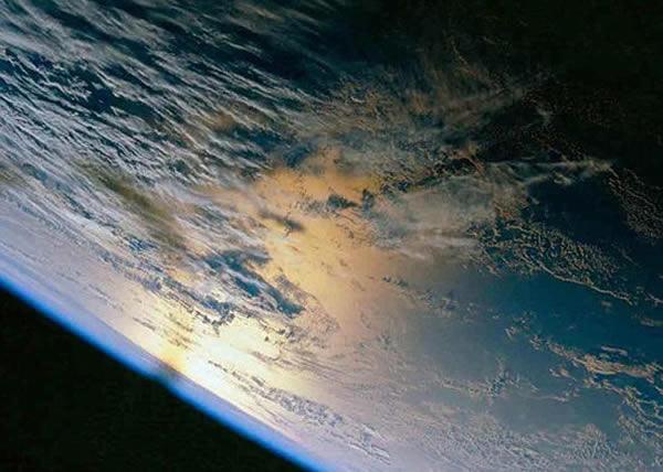 如果有幸能乘坐热气球旅行太空,有机会观赏美丽的蓝色星球。