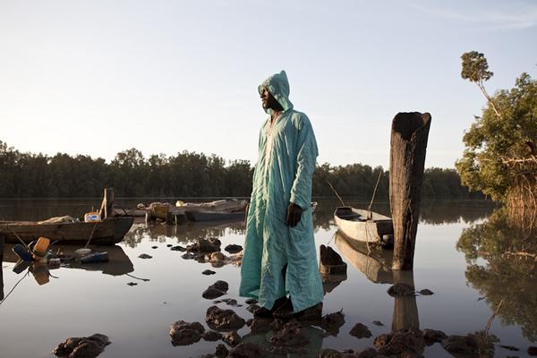 在 Bambali村庄里的一名冈比亚渔夫。