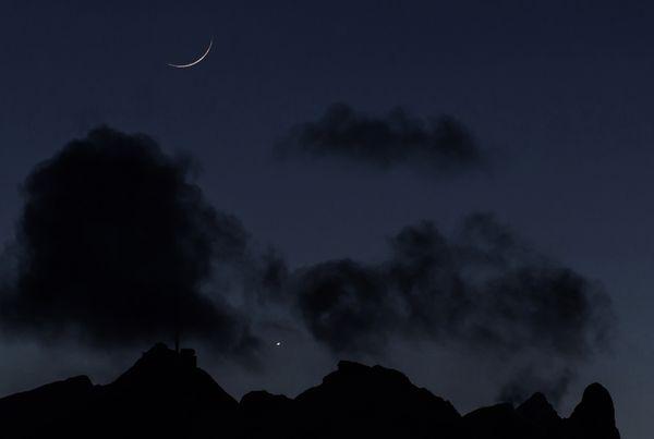瑞士阿尔卑斯山区拍摄的金星合月