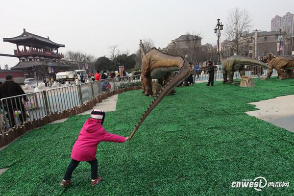 馆外的活体恐龙模型也很吸引人