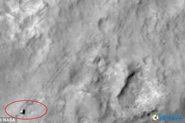 火星勘测轨道探测器拍摄到好奇号行驶的图像。