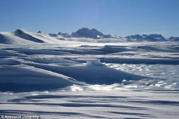 这座巨大山脉位于南极洲西部,上面覆盖着最厚可达7公里的冰块。