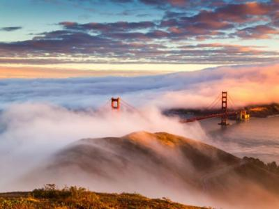 洛杉矶金门大桥在云雾笼罩下的日落美景