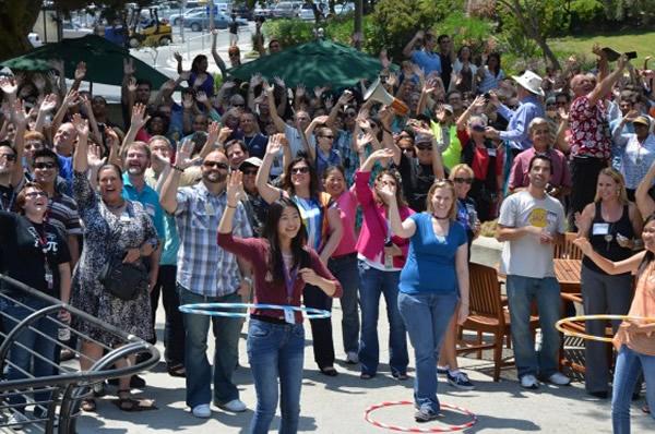 在美国太空总署喷射推进实验室外朝土星挥手的群众