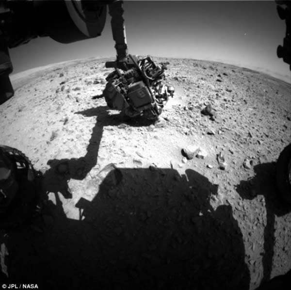 UFO追寻者称,火星天空右上方的这个明亮物体可能是一个不明飞行物