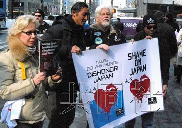 """2月14日,反捕鲸团体""""海洋守护者协会""""的创始人保罗·华特森(左三)出席了在美国纽约的日本总领事馆前举行的抗议活动。"""