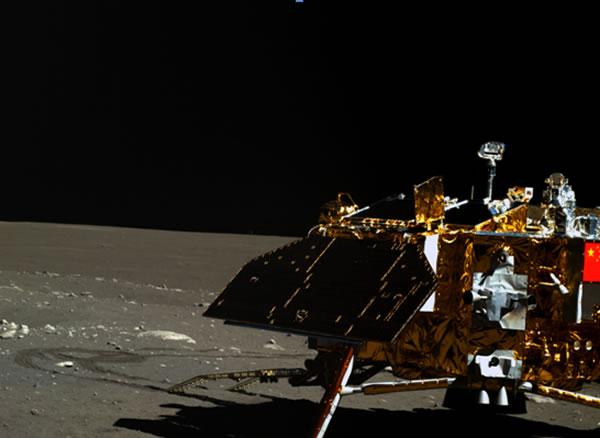 """""""玉兔号""""月球车在第三月昼开展了定点探测,图为其搭载的全景相机(左相机)获得的着陆器及月面彩色图像。"""