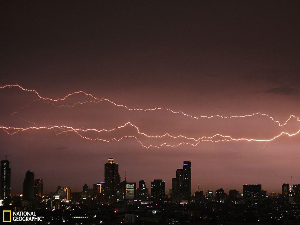 泰国曼谷上空的横向闪电