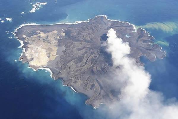 """西之岛与""""新岛""""相连,面积达原来3.5倍。"""