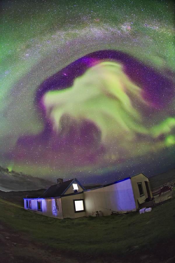 格陵兰岛和冰岛的夜空中出现酷似龙形的绿色北极光