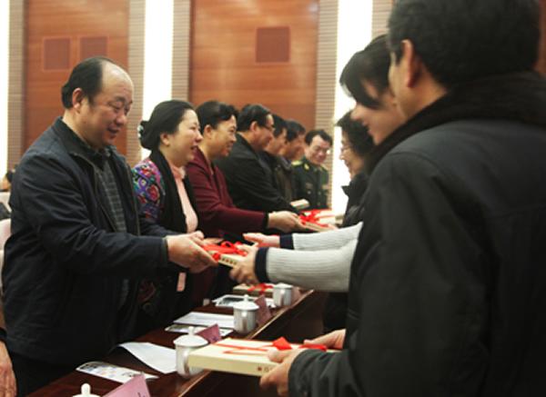《化石》杂志主编郭建崴向社区代表赠送杂志