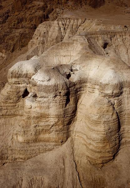 1947年一名贝都因的牧羊人发现了第一批包含900份文字手稿的死海卷轴。它们分别被发现于靠近以色列谷木兰附近的11个山洞里。
