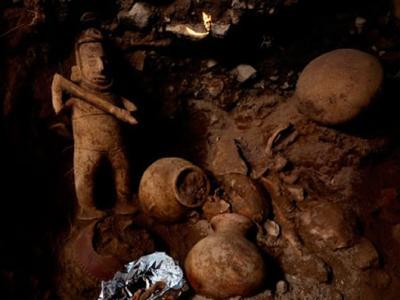 墨西哥一处竖穴古墓出土一件珍贵的萨满巫师造像