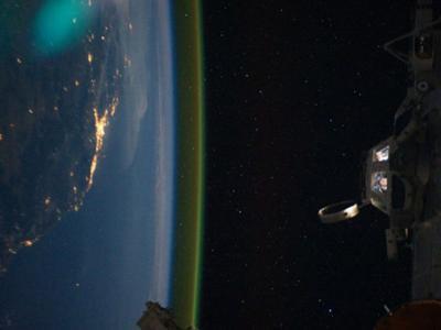 国际空间站宇航员拍摄的流光溢彩地球夜景