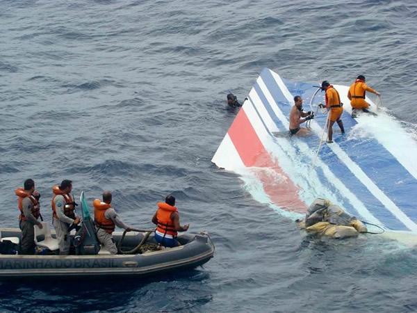此次马航失联事件让很多人想到了2009年的法航447航班失事。当年6月1日,法航447航班坠入大西洋,228人全部遇难。尽管在事发后第二天就有部分飞机残骸浮上大