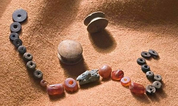 英国发现4000多年前青铜时代年轻女子遗物