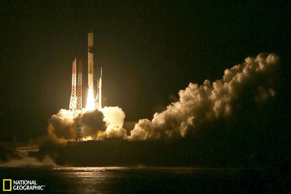 装载全球雨雪观测卫星的火箭从日本发射升空