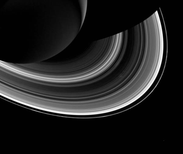 受图形阴影和土星环的影响,图中右下角的围绕土星运行的土卫一(Mimas)出现有趣的轮辐现象