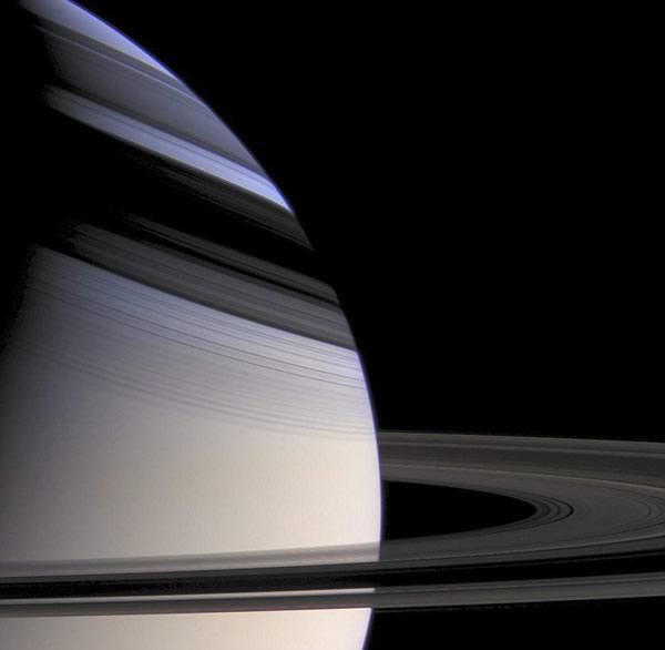 距离土星约100万公里处,卡西尼飞船抓拍到土星及土星环在其上的投影