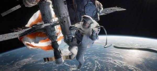 科幻大片《地心引力》中的画面。《地心引力》由阿方索-卡隆执导,桑德拉-布洛克和乔治-克鲁尼主演,分别饰演工程师赖安-斯通博士和经验丰富的宇航员马特-科沃斯基。