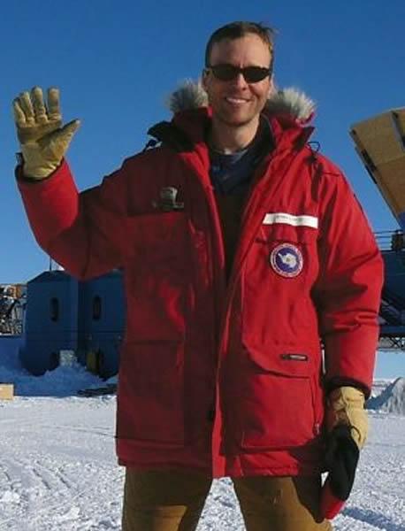 本次研究的第一作者:哈佛大学的约翰·科瓦克博士在南极