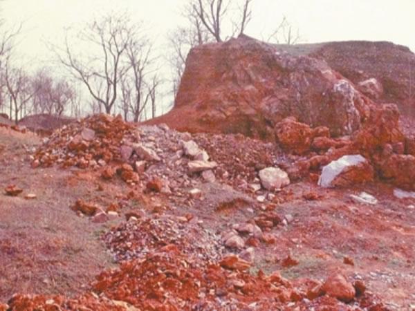 出土化石的山体裂隙堆积