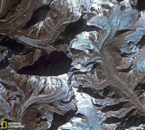 尼泊尔境内喜马拉雅山脉融化的冰川