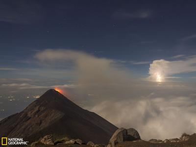 危地马拉富埃戈火山喷发与闪电交汇