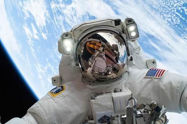 美国宇航局照片显示,2013年12月24日,该局宇航员迈克-霍普金斯正在国际空间站的外面进行两次太空行走中的第二次太空行走