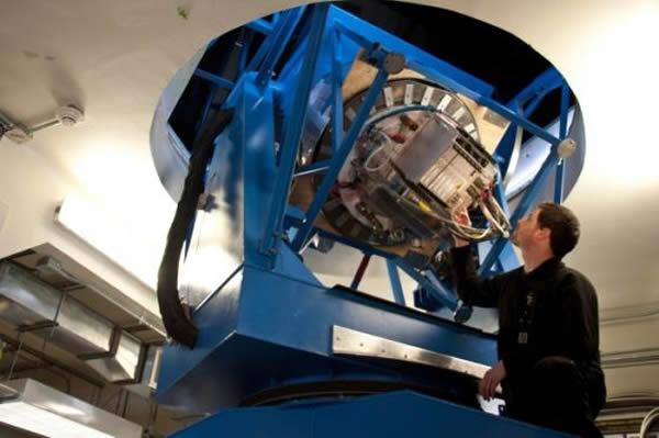 研究生尤斯图斯·布雷维克(Justus Brevik)正在测试BICEP2望远镜