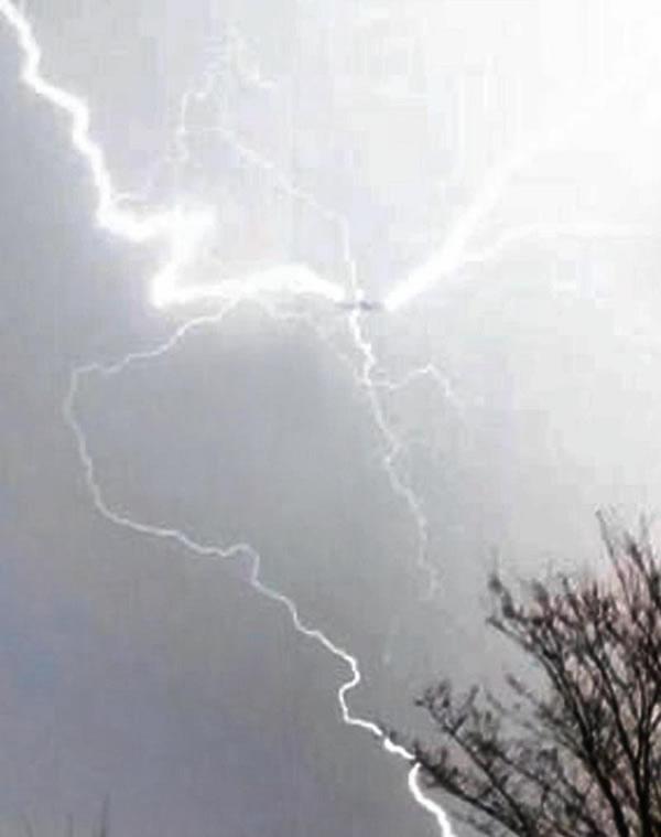 英国一架飞机在伯明翰机场着陆时遭遇3道闪电袭击