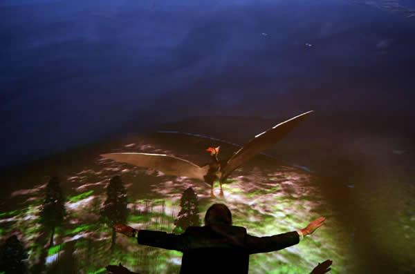 一名研究人员在纽约美国自然历史博物馆中模仿翼龙飞行