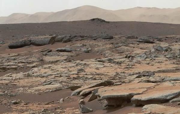这张照片是由美国宇航局好奇号火星车搭载的全景相机于2013年12月9日拍摄的,可以看到盖尔陨坑内Glenelg地区的大片沉积岩层