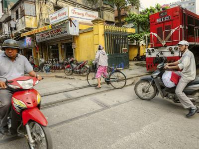 越南首都河内的火车横穿狭窄小镇街道奇景