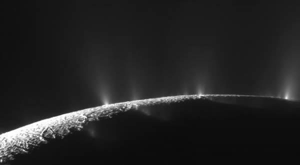 卡西尼飞船拍摄到的土卫二南极地区水汽喷流