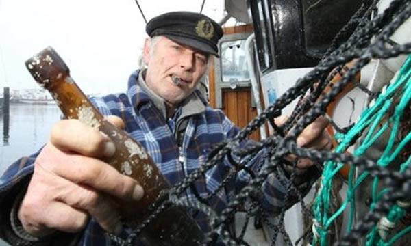德国渔民捡到百年前漂流瓶