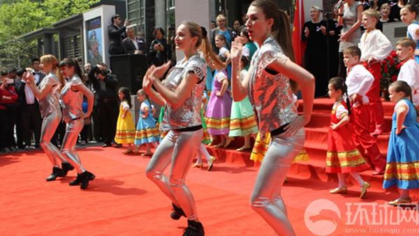 手递手合唱团、喀秋莎合唱团和小铃铛合唱团表演节目。